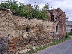 Rozpadající se dům ve Dzbeli