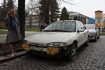 LOVCI FOTEK: Proč ten vrak z centra Prostějova někdo neodtáhne? (Pozn. redakce: Vrakem se nemyslí ta dívka)