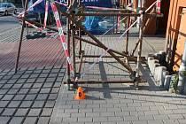 Sedmiletý klučina narazil v Prostějově do lešení.