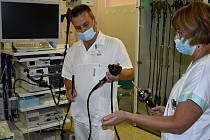 Prostějovští lékaři jako jediní používají krátký vodič při metodě ERCP (endoskopická retrográdní cholangiopankreatikografie).