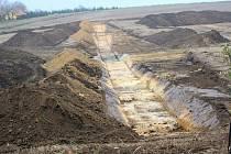 Výstavba více než sto metrů dlouhé hráze  u silnice spojující Olšany se Studencem. 18.11. 2019
