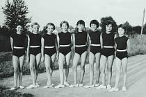 Cvičení mladých sokolek na koupališti ve Vrahovicích, 60. léta