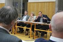 Představitelé prostějovského magistrátu na setkání s obyvateli Vrahovic.