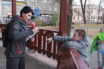 Děti pracovníci DDM Prostějov o jarních prázdninách uměli zabavit. třeba bojovkou spojenou s dinosauřím pexesem.