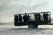 Sněhová kalamita na Protivanovsku. Místo prasátek se vozili na korbě za traktorem lidé.