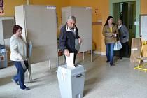 V pátek ve čtrnáct hodin se otevřely dveře volebních místností také na Skálově náměstí. Zde se ještě před začátkem hlasování utvořila menší fronta, především starších voličů. Voliče občas mátlo přehození čísel místností s urnami.