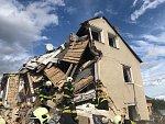 Výbuch plynu zničil rodinný dům, jeden člověk v sutinách zemřel
