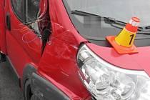 Nehoda na R46 - nákladní auto vjelo do auta silničářů