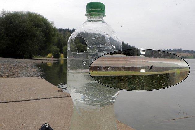 Zákaz koupání vyprázdnil pláže plumlovské přehrady.Maršálkův test na sinice.PET láhev naplníme vodou a necháme alespoň 20minut stát vklidu na světle. Vpřípadě, že se uhladiny vytvoří zelený kroužek tvořený zelenými organismy vetvaru 'sekaného jehličí