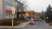 Parkování před plumlovskou základní školou. Auta stojí v zákazu stání. Chystá se nové parkoviště