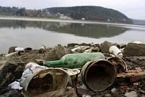 Z poloviny vypuštěná plumlovská přehrada odhaluje svá tajemství. Zatím jsou to tuny odpadků