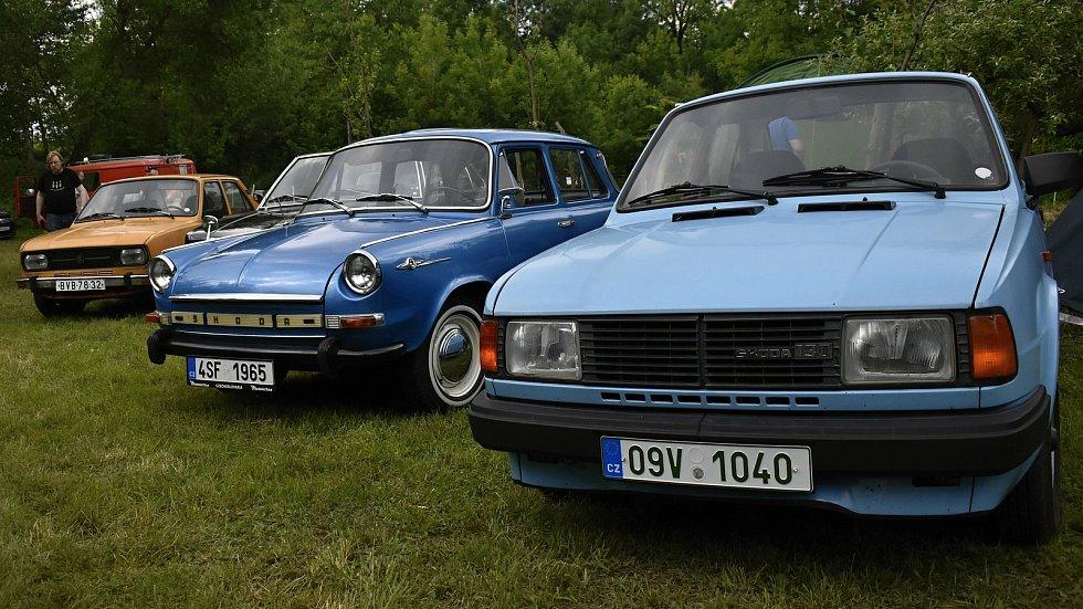 Unikátní sraz starých motorek a aut v bývalém mlýně v Hradčanech na Prostějovsku