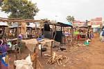 Stánky na keňském tržišti opět postavené z dřevěných klacků