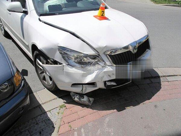 BMW se srazilo soctavií vkřižovatce ulic Nerudova a Melantrichova