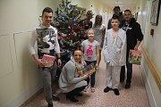 Hokejisté společně s fanoušky předali dětskému oddělení prostějovské nemocnice hračky i jiné dárky pro pacienty.