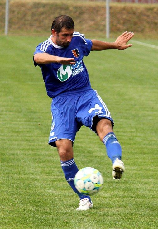 Prostějovští fotbalisté (v modrém) ve své domácí třetiligové premiéře nestačili na Frýdek-Místek, kterému podlehli 1:3.  Střílející Petr Pavlík