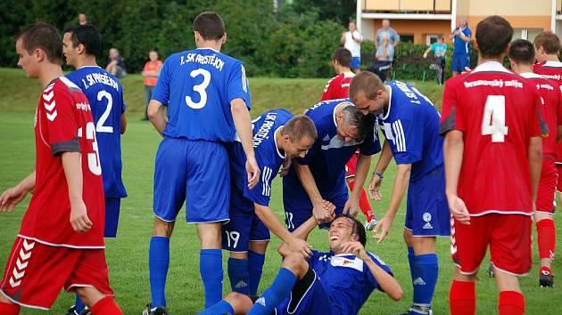 Fotbalisté Prostějova (v modrém) mají za sebou první vystoupení v divizi E a hned mohli slavit. S Brumovem sice třikrát prohrávali – 0:1, 1:2 i 2:3, přesto nakonec utkání otočili na konečných 4:3.  Po zápase děkovali hráči Prostějova stovkám fanoušků