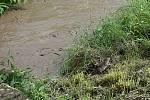 Následky bouřky ve Vrchoslavicích - rozvodněný potok, zalité silnice i hřiště - 20. 7. 2020