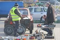 Sobotní chladné, ale slunečné dopoledne přilákalo na tradiční prostějovskou motoburzu na 400 fanoušků starých automobilů, ale také motocyklů, kol i milovníků starožitností a kuriozit.