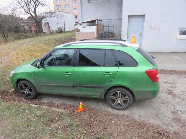Dvě místa, dvakrát poničení zaparkovaných aut, vobou případech pak také řidiči od nehod ujeli.