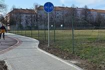 Drátěné oplocení u nové cyklostezky v Okružní ulici láká vandaly