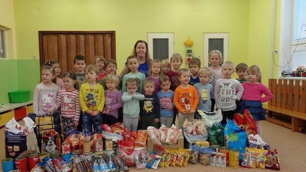 Děti dárečky potěšily opuštěné pejsky z útulku v Čechách pod Kosířem.