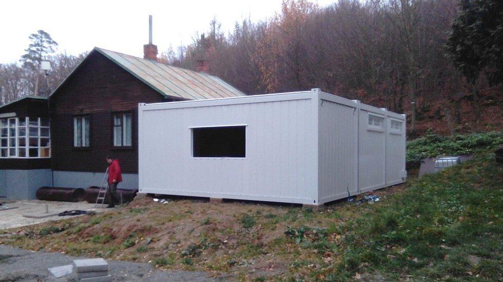 Nová kontejnerová kuchyně v plumlovském kempu Žralok - usazení