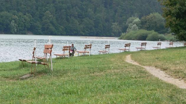 Cedule o nebezpečnosti koupání byste na plumlovské přehradě hledali marně.