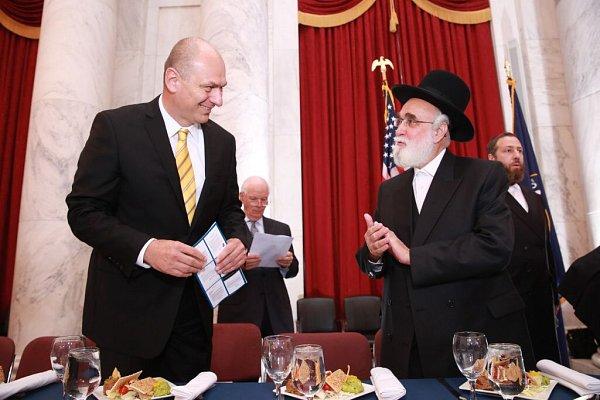Dne 18.6. se vamerickém senátu hovořilo oochraně židovských hřbitovů vEvropě. Na snímku je rabín Louis Kestenbaum a velvyslanec ČR vUSA Petr Gandalovič