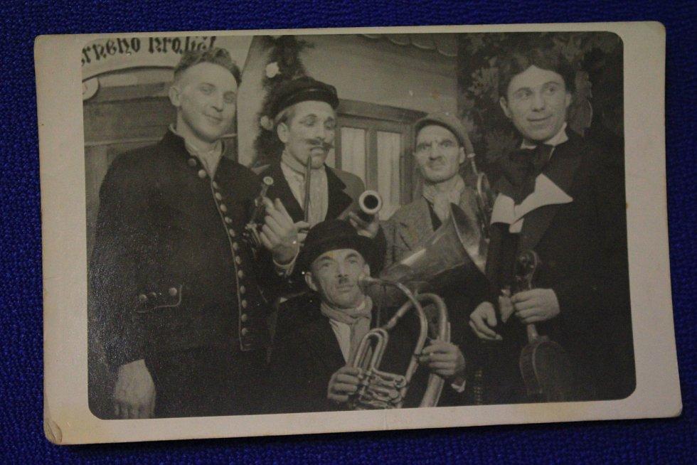 Bousínští ochotníci, 50. léta. Divadelní soubor z Bousína byl populární v širokém okolí. Jaroslav Hanák, který učil na místní základní škole, byl zapálený režisér ochotníků.