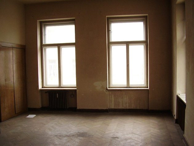 Město nabízí k pronájmu s opravou na vlastní náklady i byty v Palackého ulici