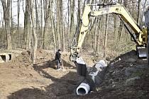 Výstavba cyklostezky podél říčky Hloučely mezi Mostkovicemi a Tichou. 30.3.2020