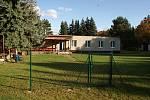 V areálu bývalého pionýrského táborů pod hrází plumlovské přehrady v Mostkovicích vznikla mateřská škola a školící středisku (na snímku) .