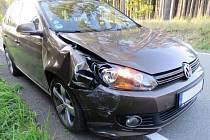 Volkswagen narazil u Holubic do palety na silnici