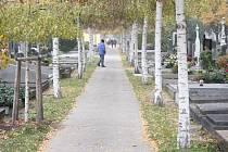 Lidé si na na konci října našli cestu na Městský hřbitov v Prostějově. Poklonili se a zavzpomínali na své blízké i na význačné osobnosti.