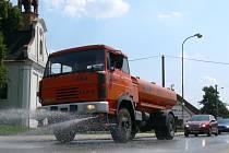 Pokud se teplota vyhoupne přes pětadvacet stupňů Celsia, vyjíždí do prašných ulic kropící vozy.