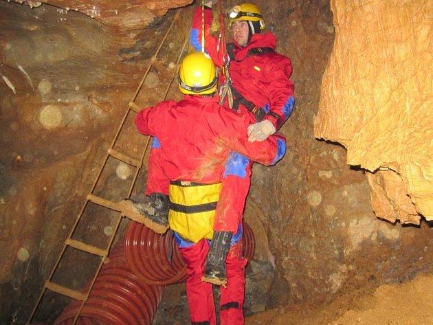 Prostějovští hasiči cvičili v lomu u Holštejna záchranu osob.