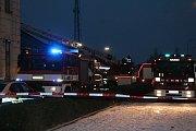 HOŘELA SBĚRNA. Dřevěné skladiště prostějovského Místního nádraží zachvátily v sobotu v podvečer plameny. Foto: Deník/Zdeněk Vysloužil