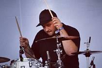 Petr Danyi, bubeník, představuje skupinu Minami, která byla již podruhé předskokanem kapely Mirai.