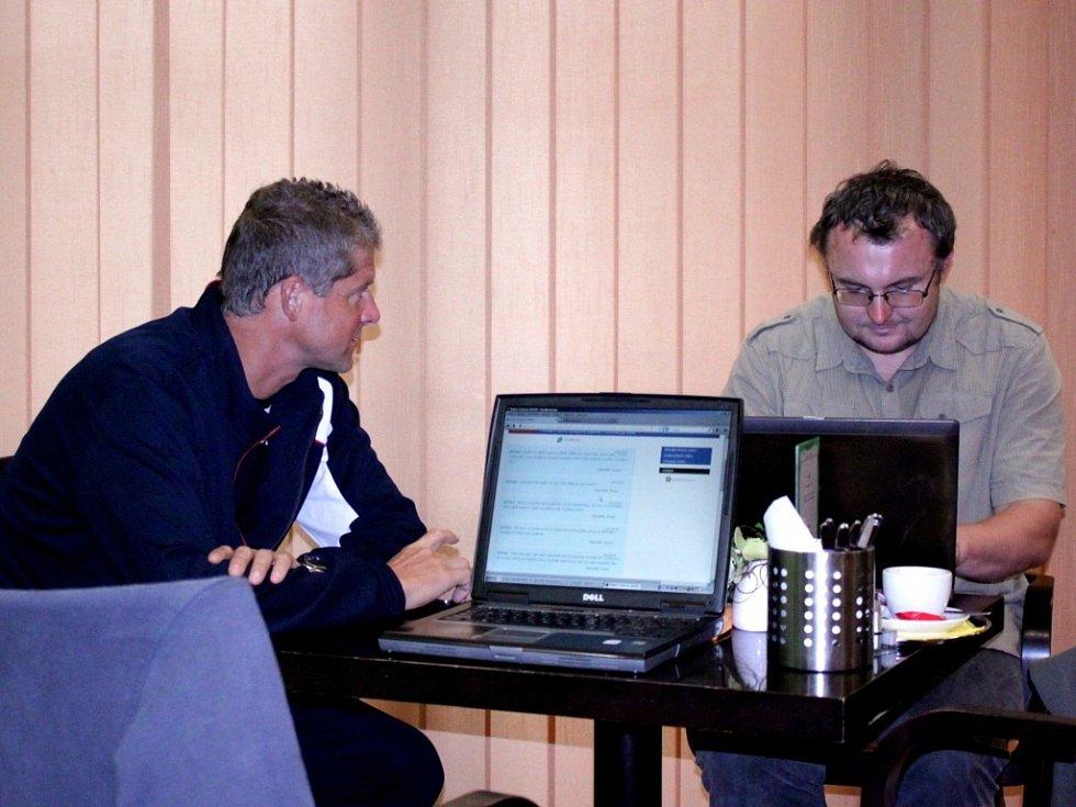 Slavný tenista a bývalá světová pětka Jiří Novák (vlevo) odpovídal na dotazy našich čtenářů.