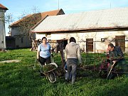 Akce Z. Jarní úklid vrchoslavické Farské zahrady proběhl v pohodové atmosféře.