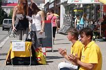 Lidé v centru podepisovali petici proti odběru orgánů zaživa. Akci organizovali příznivci Falun Gong