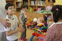 Děti ze ZŠ v Dobromilicích předaly v prostějovské nemocnici dárky dlouhodobě nemocnému Kristiánovi a Vanesse