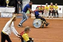 Lucie Šafářová a Milan Baroš na charitativní sportovní akci Pomozte dětem v prostějovském tenisovém centru, 17.května 2021