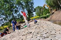 Stavba nového rybníka v Těšicích