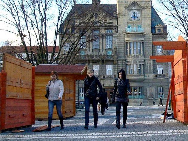 Stavba vánočních stánků na prostějovském náměstí