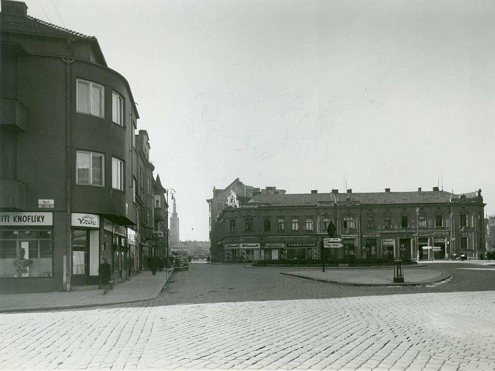 2. V původním rohovém domě bývala dříve soukenická továrna Víta Ehrenstamma.