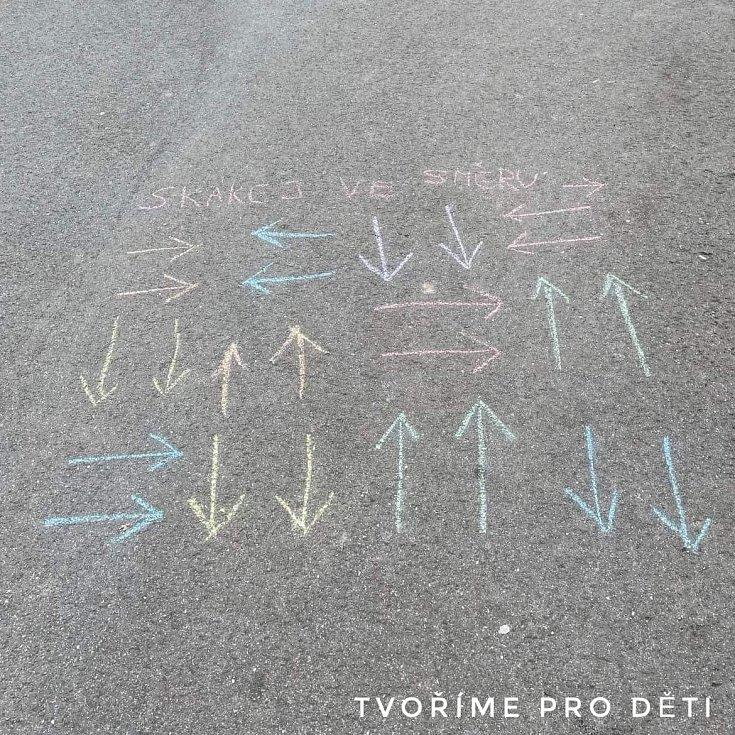 Chodníkové hry s barevnými křídami