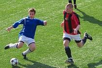Konický bek Pavel Hloch (v červeném) v souboji o míč.