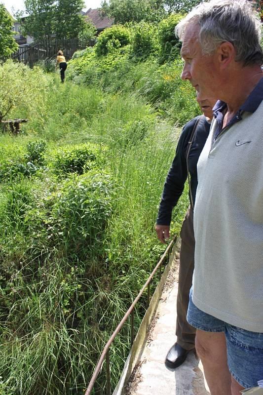 Potok bere zeminu a zapáchá. Po jeho zatrubnění usedlíci volají už léta. Před více než měsícem už vyhlíželi bagry, teď ztrácí trpělivost.